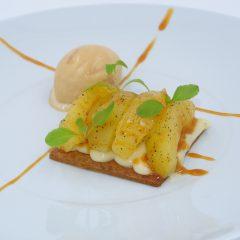 Pomme fondante à la cardamome sur palet breton et glace caramel beurre salé