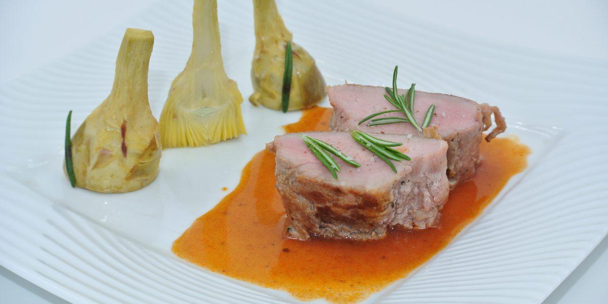 mignon de porc cuit basse température, artichauts barigoule et jus au romarin